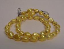 Pärlhalsband med ovala gula pärlor