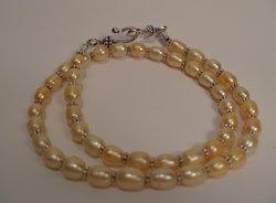 Pärlhalsband  puderfärg med ovala pärlor
