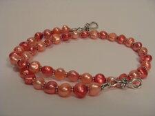 Pärlhalsband i hallon-rosa