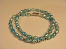 Ljusblå ovala pärlor